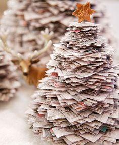 Albero di Natale costruito con giornali sovrapposti, un'idea alternativa per riutilizzare i vecchi quotidiani.