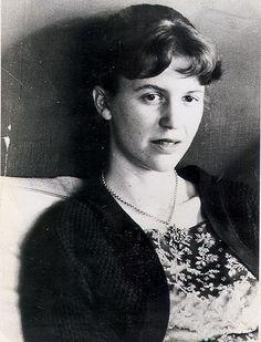 """(1932 -1963) Poetisa norte-americana recebeu um Prêmio Pulitzer póstumo por Poemas Completos em 1982. Escreveu seus poemas capitais, publicados postumamente no volume Ariel (1965), sua obra mais importante. Dois anos antes, em 1960, lançara o seu primeiro livro, Colossus. Aos 30 anos de idade cometia suicídio inspirando gás na cozinha de sua residência. Escreveu também um romance semi-autobiográfico, """"A Redoma de Vidro"""". ―Sylvia Plath"""