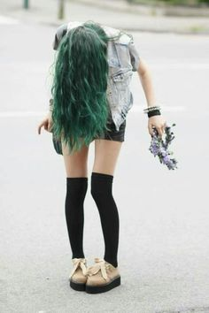 love the green hair color Winter Hipster, Grunge Look, Grunge Style, Soft Grunge, 90s Grunge, Outfits Inspiration, Hair Inspiration, Indie Outfits, Grunge Outfits
