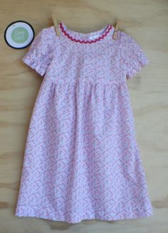 Gorgeous summer dress in light floral red/pink tiny flowers on white background. Pink ric-rac detail on bodice. Back button closure. Size 3