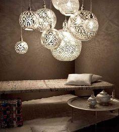 Le jeu d'hauteur et de taille, les motifs de styles égyptiens absolument magnifiques, précis et bien dosés, donnent un bel effet. Le tissus utilisé pour envelopper la lumière donne l'impression que c'est une peau d'animal et donne de la texture aux lumières. Le fait que les couleurs utilisées soient dans les teintes de noir et blanc apporte un côté romantique, zen et relaxant au décor. Les couleurs, textures, motifs et effets donne de belles lampes uniques et magnifiques.