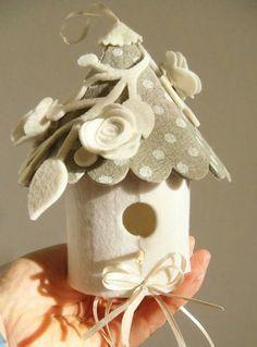 Resultado de imagem para pinterest cucito creativo case bambole Christmas Craft Fair, Crochet Christmas Ornaments, Felt Christmas, Felt Ornaments, Handmade Christmas, Handmade Felt, Handmade Crafts, Diy And Crafts, Crafts For Kids