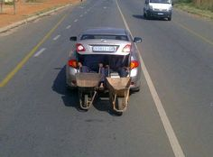 This is one way to transport wheelbarrows when you have a two seater car (photo taken in South Africa) Dump A Day, Picture Fails, My Land, Wheelbarrow, Afrikaans, Places Of Interest, Dumb And Dumber, Funny Photos, South Africa