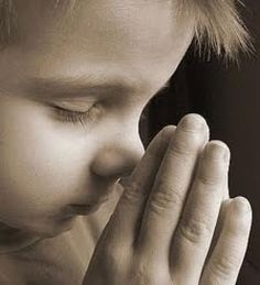 Hoy, en muchas de nuestras familias, ya no se reza. Y empiezan las justificaciones: nos da pena proponer a la familia; la oración parece algo forzado, artificial, no nos sale dentro; los hijos son demasiado pequeños o demasiado crecidos... Sin embargo, la oración en familia es hoy posible. El primer paso lo tiene quedar la pareja aprendiendo a orar ellos juntos. Una oración en pareja, sencilla, normal, sin demasiadas complicaciones, hace bien a la pareja creyente y es la base para asegurar…