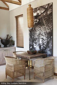 le style colonial contemporain, meubles en bois naturel et en rotin, grand poster photo imprimé léopard African Interior, African Home Decor, Grand Poster Mural, Ethno Design, Interior Decorating, Interior Design, Modern Interior, Home Accents, African Design