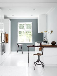 IDE FOR ARBEID. Mange har lese og arbeidsplass på kjøkkenet. Du kan skape en lignende selv. Treplaten er lagt på benkeplaten og den støttes av to bordbein i den ene enden. Svingbart arbeidslys på veggen, kjøkken fra Multiform.
