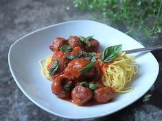 Vegetarian Meatballs in Tomato Sauce Vegetarian Meatballs, Vegetarian Cooking, Vegetarian Recipes, Quorn Mince, Meat Substitutes, Tomato Sauce, Sausage, Spaghetti, Ethnic Recipes