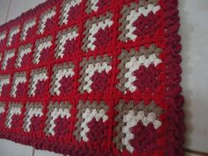 Letras e Artes da Lalá: Granny Square Crochet Granny, Knit Crochet, Crochet Designs, Crochet Patterns, Crochet Table Runner, Granny Square Blanket, Bed Covers, Quilting Designs, Baby Gifts