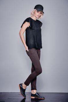 Achtung, Trend-Teil! Scuba ist das Material der Saison. Ursprünglich aus dem Tauchsport kommend, hat es auch an Land eine großartige Wirkung. Im schmalen Top mit Rundhalsausschnitt und aufgesetzter Spitze an den Schultern müssen Sie deshalb nun wirklich nicht auf Tauchstation gehen. Im Gegenteil: Tailliert geschnitten und mit figurformenden Ziernähten setzt es die Figur optimal in Szene.  #impressionen #trendfarben2015 #fashion #black #red #trends #herbst #impressionenversand