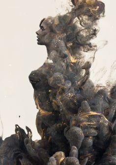 Je ziet in de rook een vrouw
