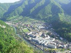 Brezoi - judetul Vâlcea, România - vedere de pe Vârful Ţuţurdanu Landscape Photos, Paris Skyline, City Photo, Amazing, Travel, Viajes, Landscape Pictures, Trips, Traveling
