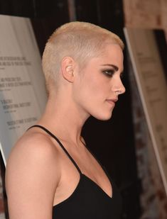 Literally Just 26 Pictures Of Kristen Stewart And Her Newly Shaved Head That You Can Stare At All Day Shaved Head Styles, Shaved Head Women, Shaved Head Designs, Girls With Shaved Heads, Kristen Stewart Shaved Head, Kristen Stewart Short Hair, Wavy Hair Men, Short Hair Cuts, Short Hair Styles