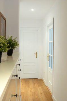 Pintar las puertas de tu hogar con chalk paint Interior Door Styles, Interior Design, House Stairs, Room Colors, Wood Paneling, Chalk Paint, Decoration, Tall Cabinet Storage, Door Handles