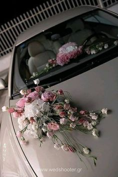 With little bouquets on the dash board and a big bouquet to the bride from the groom sitting on the hood for him to hand her after she gets in the car! Wedding Car Decorations, Flower Decorations, Wedding Cars, Decor Wedding, Small Flower Bouquet, Bouquet Flowers, Bridal Car, Wedding Transportation, Boho Beach Wedding