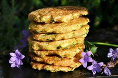 Galettes de courgettes au son d'avoine ||  Des galettes rapides à réaliser que j'ai accompagné d'une salade... Ingrédients pour 4 personnes 1 courgette (135 gr environ) 2 oeufs 50 g de son d'avoine 5 càs de crème de soja 1/4 cc de noix de muscade Sel de Guérande Poivre du moulin aux 5 baies Lavez... Vegetarian Recipes, Healthy Recipes, Dukan Diet, Healthy Juices, Lactose Free, Clean Recipes, Salmon Burgers, Tasty, Recipes