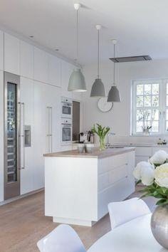 skandinavisch einrichten Ideen Kücheninsel weiß Holzplatte