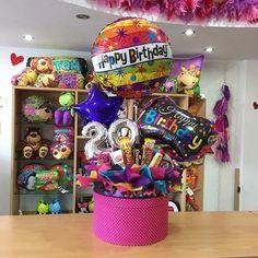 Feliz viernes! ✨ Hermosa caja de regalo para esa persona especial  solo en  #joliandgift Gift Card Bouquet, Candy Bouquet Diy, Diy Bouquet, Balloon Bouquet, Alcohol Gift Baskets, Candy Gift Baskets, Candy Gifts, Birthday Bouquet, Birthday Box