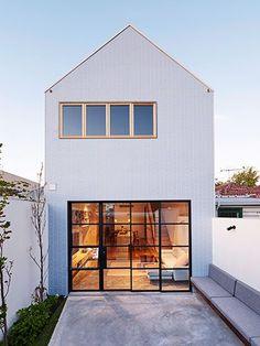 Hus med kaklad fasad.