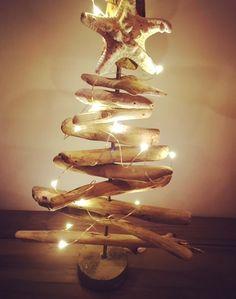 Sapin de noel en bois flotté. Guirlande lumineuse à piles. Socle en béton. Etoile de mer. www.mapetiteetoilezen.com A vendre sur commande