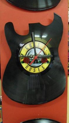 Relógio recortado de disco de vinil Estampa em adesivo de vinil.  Ponteiros na cor branca.  Consulte-nos sobre personalização!