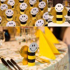 Place card sau plic de dar din carton, pentru petrecere sau botez cu tema albinute. Se poate personaliza si se realizeaza pe comanda.