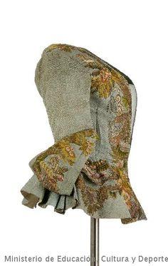 La casaca està guarnida amb un brodat erudit que compon una escena de jardí amb arbres, fonts, arquitectures, ocells i flors, realitzat en sedes policromes Lasas combinats amb fil metàl·lic entorxat sobre ànima de seda. En alguns motius van en realç amb ànima de cel·lulosa i sobre ella cordonet metàl·lic entorxa