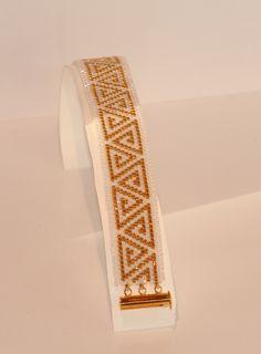 Bracelet manchette perles blanches et métallique plaquées or tissage peyote : Bracelet par pegase
