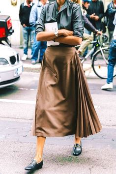 24 Fashionable Khaki Skirt Outfits To Flatter Your Figure #khaki #skirt #outfits #summer #chic #olive #spring