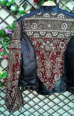 An authentic gem! Biker leather jacket, decorated with textiles and unique and exclusive vintage Indian jewelry. Denim Fashion, Boho Fashion, Womens Fashion, Vintage Fashion, Look Patches, Indian Jackets, Cooler Style, Jeans Denim, Vintage Jacket