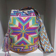 พร้อมจอง รอของ20-25 วันนะคะ #wayuubag #wayuutribe #wayuubags #กระเป๋าวายู #กระเป๋าโคลอมเบีย Mochila Crochet, Tapestry Crochet, Crochet Purses, Poufs, Knitted Bags, Boho Gypsy, Plastic Canvas, Basket, Design Inspiration