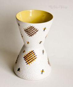 Vintage-Retro-1950s-60s-White-Yellow-Diablo-Shaped-Vase-Foreign-FREE-UK-P-P