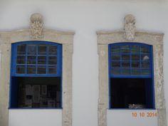 Janelas antigas com adorno de pedra. Azul. João Pessoa - Brasil