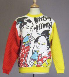 KANSAI YAMAMOTO, circa 1980 SWEATER matelassé imprimé à décor de personnages japonais multicolores sur fond blanc  Iconographie : sweater de même inspiration porté par Kansai Yamamoto sur une photo de famille