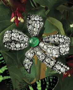 AN ANTIQUE EMERALD AND DIAMOND BROOCH, CIRCA MID-19TH CENTURY. Of ribbon bow…