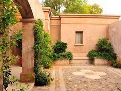 Tuscan style – Mediterranean Home Decor Tuscan Style Homes, Spanish Style Homes, Spanish Colonial, Tuscan Style Decorating, Porch And Terrace, Fachada Colonial, Spanish Garden, Pintura Exterior, Mexico House
