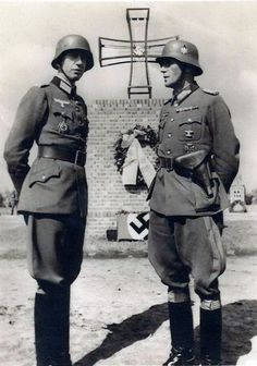Alexander von Pfuhlstein (left) and commander Generalmajor Karl von Graffen attending a 1942 ceremony in honour of German soldiers fallen in battle. Before taking charge of the Brandenburg Division, Von Pfuhlstein was deployed on the Eastern front as the colonel (oberst) commanding the 154 Infantry Regiment, part of the 58th Infantry Division.