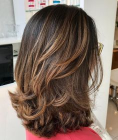Medium Layered Hairstyle For Thick Hair - Lange Haare Medium Length Hair Cuts With Layers, Medium Hair Cuts, Medium Hair Styles, Curly Hair Styles, Layered Thick Hair, Layered Haircuts Shoulder Length, Medium Curly, Shoulder Layered Hair, Mid Length Hair Styles With Layers