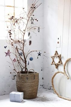 Christmas means lots of fun and some unique decor ideas for your home. Modern interiors demand minimalist yet contemporary Christmas decoration. And, it starts with the tree! You need not opt for a heavy Christmas tree infused with shiny baubles Christmas Mood, Noel Christmas, Modern Christmas, Scandinavian Christmas, Beautiful Christmas, Christmas Crafts, Simple Christmas, Christmas Hallway, Christmas Vignette