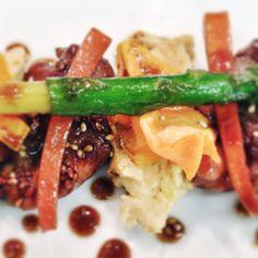 Codornices lacadas con miel, soja y sésamo. Verduras, chips de boniato y hummus.