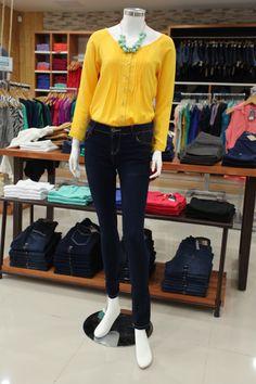 Skinny Jeans con una camisa holgada en amarillo para el lunes