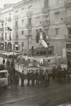 Falla con un labrador saltando por encima de un pórtico y soldados en primer término en el cruce de la calle Ruzafa, 1933