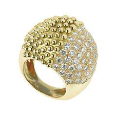 """Garnazelle... bague """"Ni Oui, Ni Non""""... la créatrice Céline Rivet décline son motif fétiche """"Boule d'Amour"""" sur une bague bi-matière, alternant un pavage diamant et une surface perlée d'or jaune"""