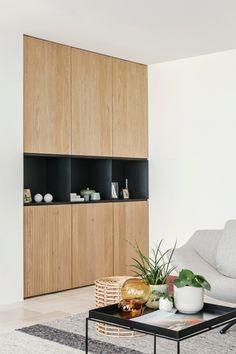 De nis rondom deze kast is speciaal gemaakt om dit type kast te kunnen plaatsen. Halverwege de kastenwand een open vak van zwart gecoat plaatstaal. Erboven massief eiken fronten met een matte lakafwerking. De onderste fronten zijn van geprofileerd eiken, met een relief dat ribbels vormt in het hout. De lattenstructuur maakt van de kast een echte blikvanger. Maatwerk in hout, interieur en design. www.houtmerk.nl