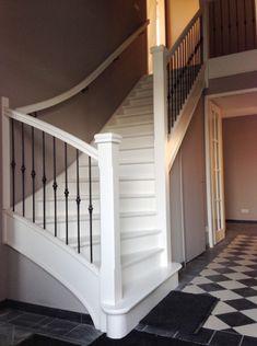 Mooie witte trap tegen grijze muur met grijze antislipstrips hal idee n pinterest photos - Gang met trap ...
