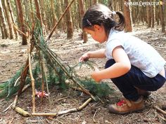 Preschool girl building mini den in forest Forest School Activities, Nature Activities, Camping Activities, Outdoor Activities, Autumn Activities, Forest Games, Outdoor Classroom, Forest Classroom, Reggio Classroom