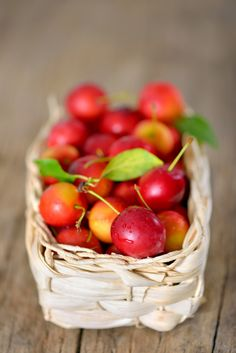 cherry-plum in basket on wooden background Eat Fruit, Fruit And Veg, Pizza Recipes, Healthy Recipes, Healthy Food, Bacon Fried Cabbage, Best Oven, Fall Scents, Sweet Cherries
