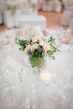 Centros de mesa con rosas y flores blancas. Boda elegante. Centerpiece with roses and white flowers. Elegant and romantic destination wedding. By Detallerie Wedding planners.