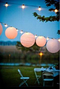 décoration coin-repas: lanternes en papier et guirlandes lumineuses