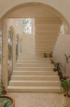 Escalier de jardin blanc villa contemporaine style marocain minimaliste Tulum, Palace, Style Marocain, Dark Bathrooms, Holiday Apartments, Quintana Roo, Unique Architecture, Interior Walls, Interior Design