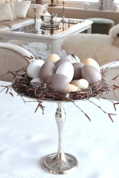 simple and minimalist easter egg display. Create this neutral palette for your easter table decoration. Easter Brunch, Easter Party, Hoppy Easter, Easter Eggs, Diy Osterschmuck, Fun Diy, Deco Restaurant, Easter Table Decorations, Home Decoration
